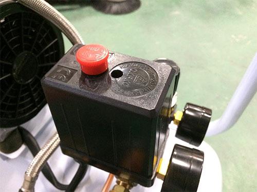 コンプレッサーの電源スイッチ部分